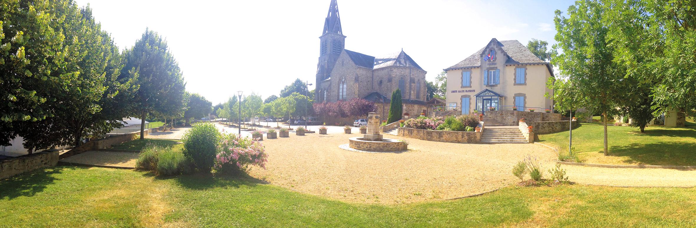 Morlhon Le Haut vue panoramique de la Mairie et de l'église