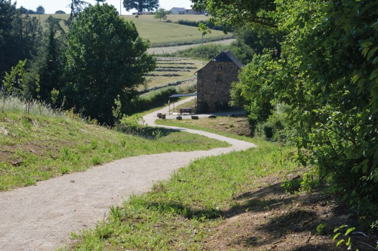 Chemin piétonnier village-lac